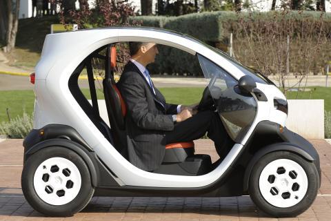 El Príncipe de Asturias prueba el Renault Twizy