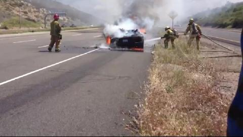 Un Lamborghini Aventador sufre un incendio en la autopista