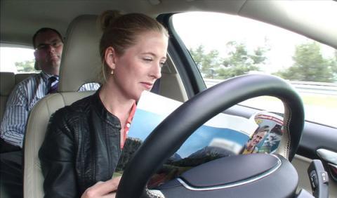 Volvo prueba en España el coche que conduce solo
