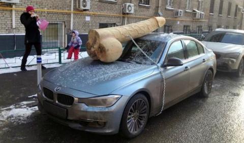 Opositora de Putin encuentra un pene de 90 kilos en su BMW