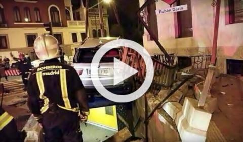 Un coche se estrella en la estación de metro de Rubén Darío
