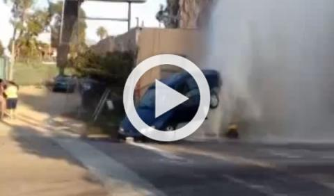 Vídeo: una boca de incendios levanta un Toyota Corolla