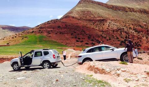 Un Dacia Duster rescata a un Porsche Macan
