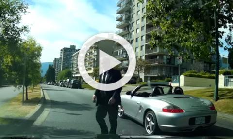 Ejecutivo agresivo se baja de su Porsche Boxster en cólera