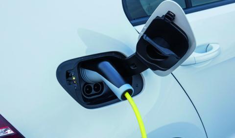 Adiós a la carga gratuita de coches eléctricos en Madrid