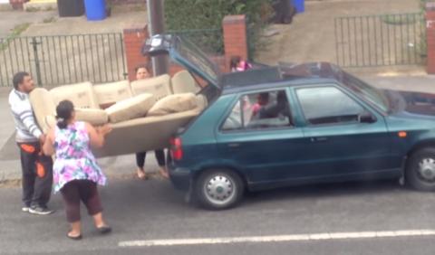 Intentan meter un sofá en un coche