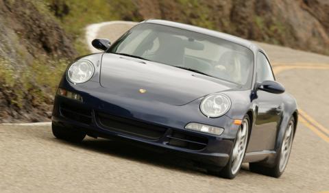 Un Porsche 911 Carrera S acaba abandonado en una acequia