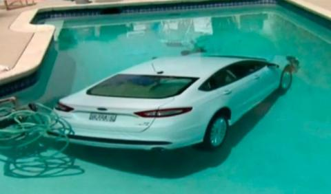 Un hombre de 85 años mete su Ford Mondeo en la piscina
