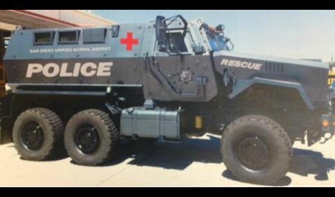 Un vehículo blindado para vigilar la escuela