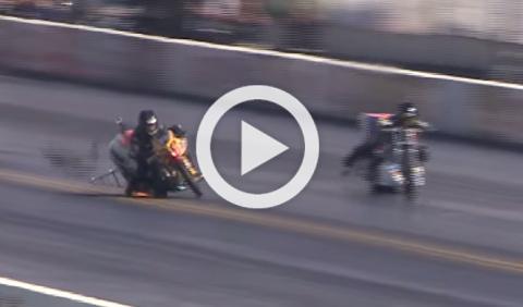 Un motorista se cae y aterriza encima de la moto del rival