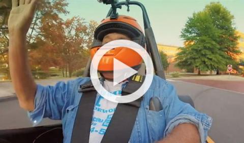 Jay Leno se pasea a bordo de un Fórmula Student