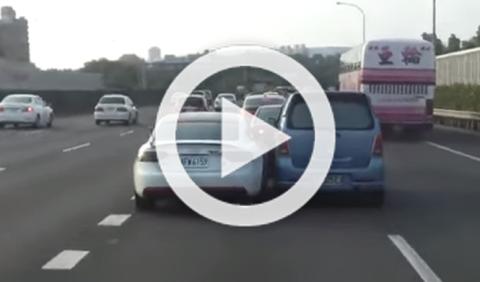 Un Audi A5 estampa un Suzuki Wagon R contra la pared