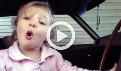 Un bebé que reconoce los motores por su sonido