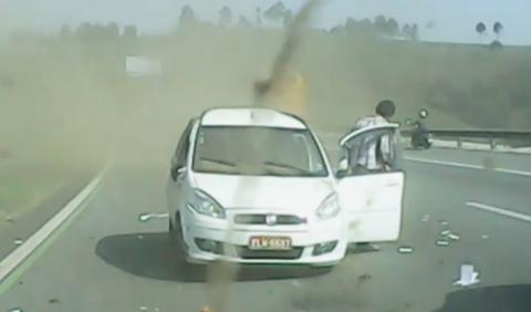 Taxista sale vivo de un espectacular accidente en Brasil