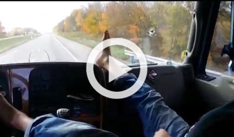Conduce camión con los pies desde el asiento del copiloto