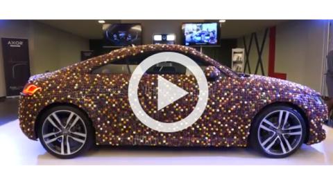 Cubren un Audi TT 2015 con 27.000 piezas de chocolate