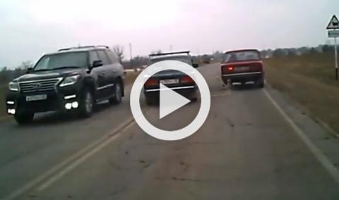 Vídeo: no es una buena idea remolcar un Lada