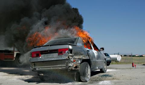 Un coche explota por encender un cigarrillo tras usar spray
