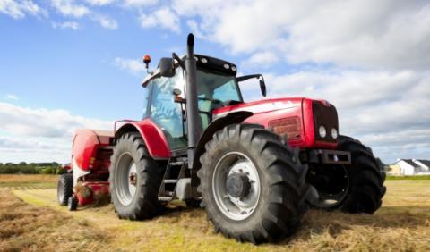 Infanta Elena, 'multada' por conducir un tractor sin seguro