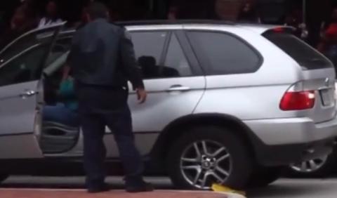 Vídeo: revienta el cepo de la policía y escapa con BMW X5