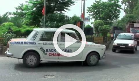 Un indio conduce marcha atrás desde 2003