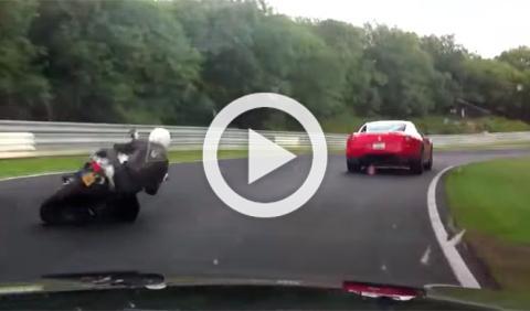 Vídeo: adelantamiento de moto a un Ferrari en Nürburgring