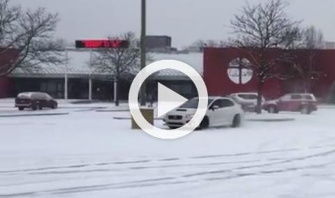 Derrapa en la nieve y choca con su Subaru WRX STI