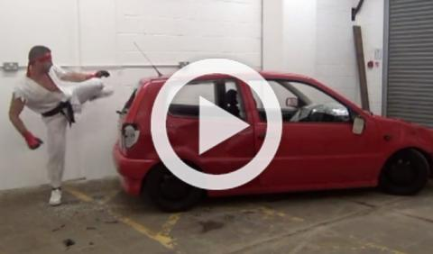 Destroza su coche a lo 'Street Fighter'