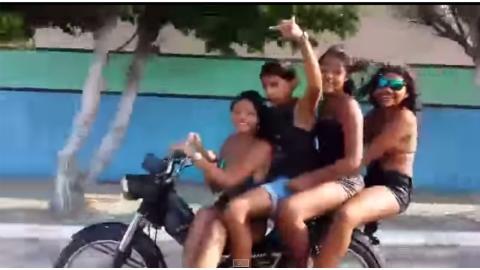 Vídeo: ¿cuánto duran cuatro personas en moto sin caerse?