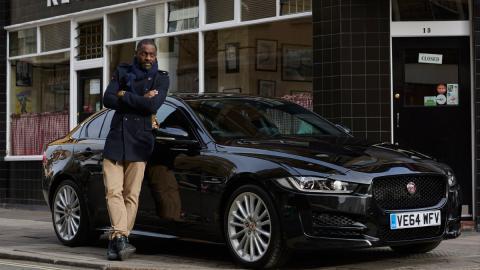 Idris Elba conduce un Jaguar XE diesel - Idris Elba conduciendo