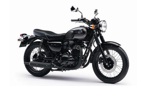 La Kawasaki W800 se pasa al negro