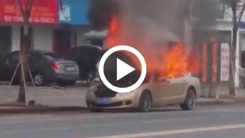 Un Bentley arde en llamas en China