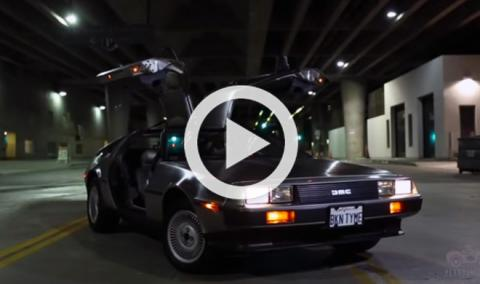 Mira lo que se siente al conducir un DeLorean de noche