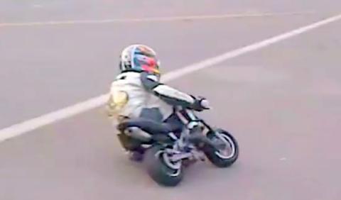 Niños en minimotos derrapando con rodilla al suelo