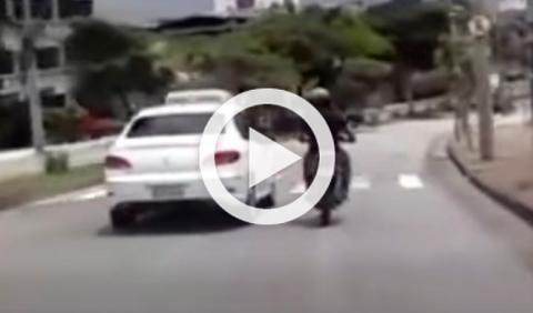 Vídeo: un motorista golpea a un coche y sufre un accidente