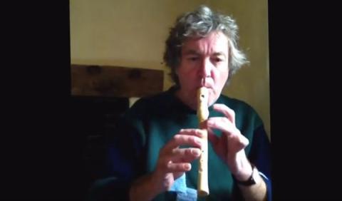 James May en su nueva ocupación: ¡tocar la flauta!