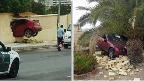 Una mujer estampa su coche contra una casa
