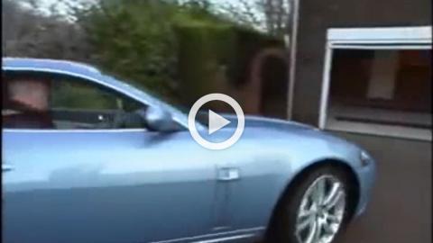 ¡Gran truco para aparcar dos coches en un hueco pequeño!