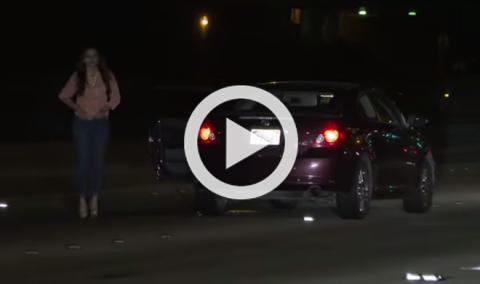 Una mujer borracha la lía en una autopista