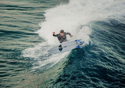 Haciendo surf con tabla de surf Mini