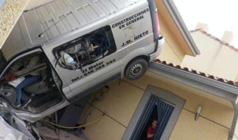 Una furgoneta aterriza en el tejado de una casa