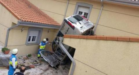 furgoneta aterriza sobre tejado de casa