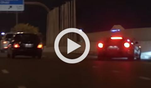 Un Ferrari F12 se estrella durante una carrera callejera