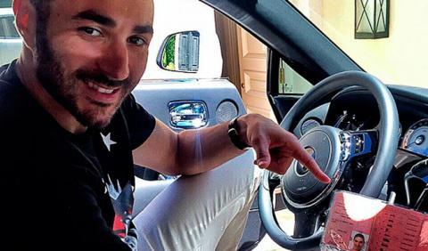 Karim Benzema enseña su carné de conducir