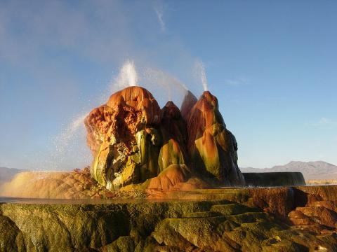 Fly Geyser en el desierto de Nevada