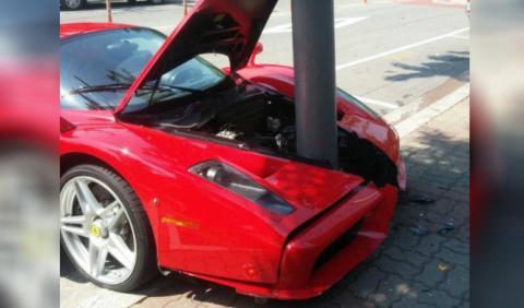 Ferrari contra farola, batalla perdida
