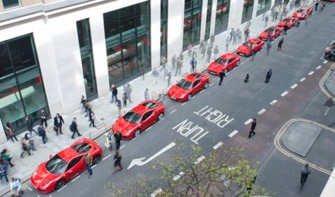 Ferrari presenta el 488 GTB escoltado por sus antecesores