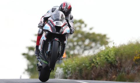 Ian Hutchinson adelanta volando a Michael Dunlop