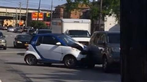 Vídeo: Un Smart choca, huye...¡y se vuelve a chocar!