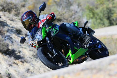 Kawasaki Z300: en curva